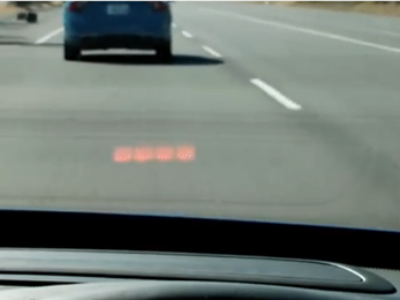 フロントガラスに警告を表示「車間距離警告機能」