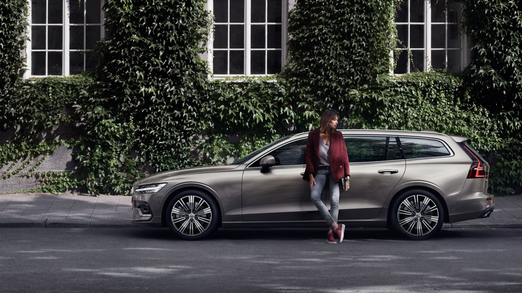 The New VOLVO V60 MONITOR CAMPAIGN